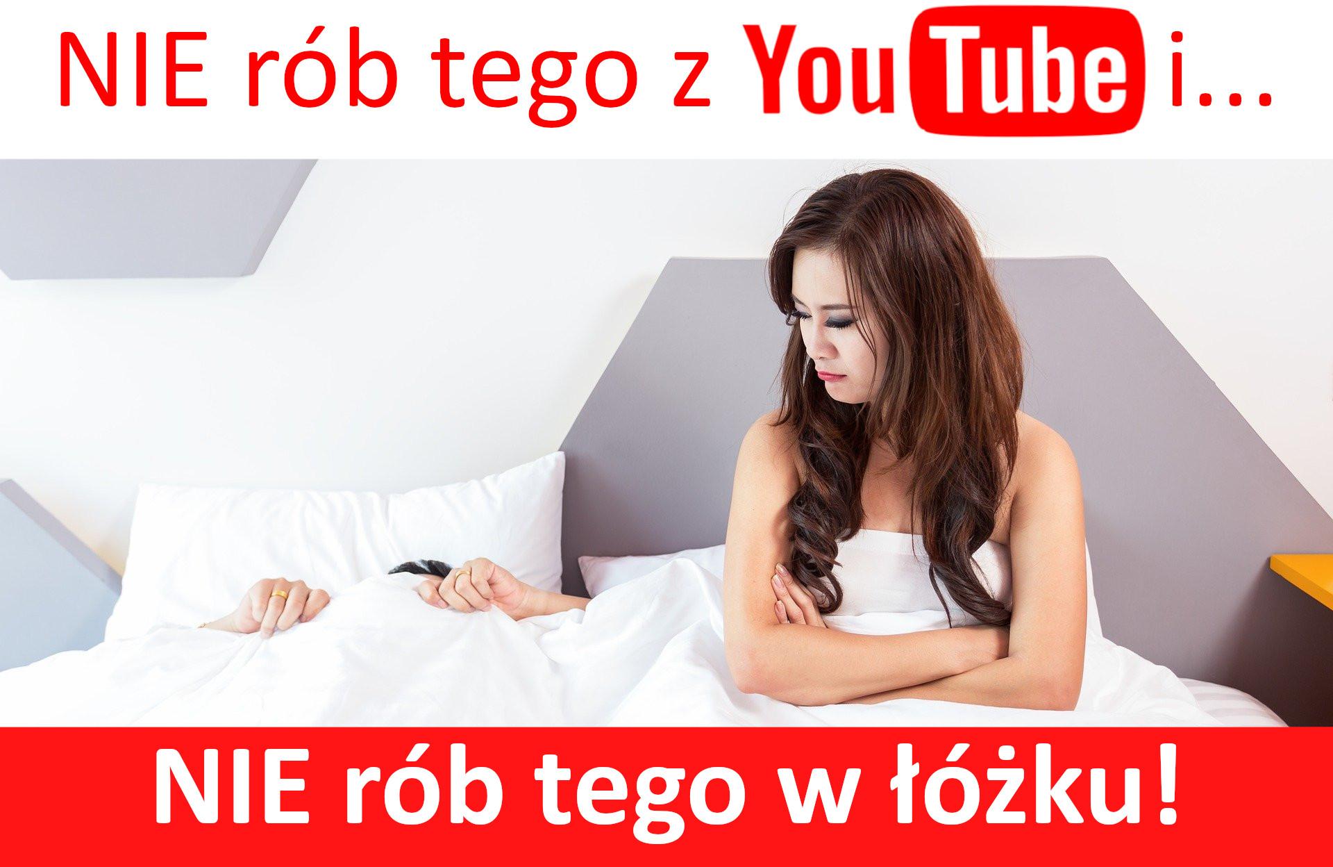 kobieta w łóżku obok mężczyzna przykryty poduszką