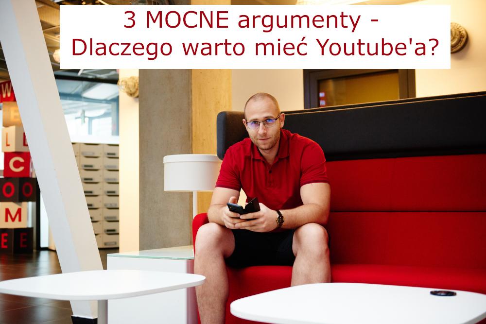 mężczyzna-w-czerwonej-koszulce-trzyma-telefon-komórkowy-zarabianie-na-youtube
