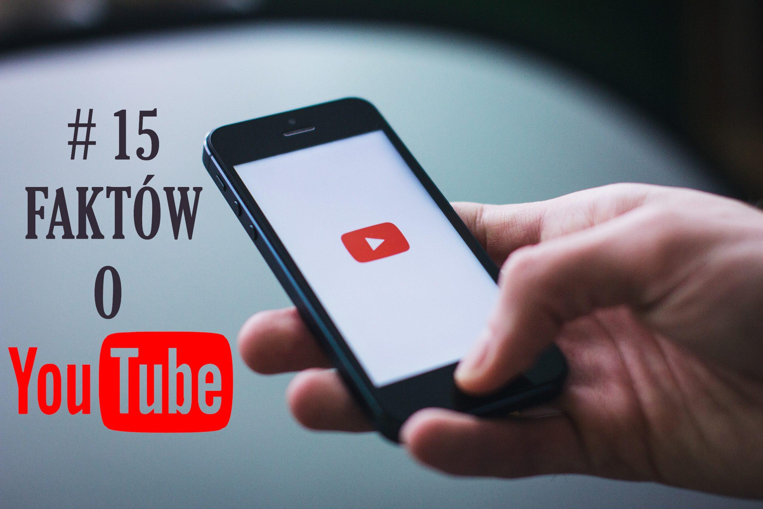 dłoń trzymająca telefon na ekranie ikona youtube obok napis # 15 faktów o youtube
